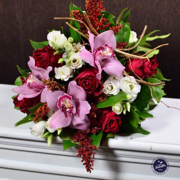 Buchet cu trandafiri, orhidee şi lisianthus.