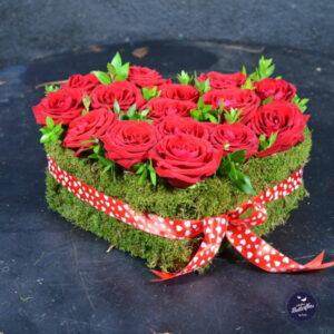 Aranjament în formă de inimă cu 15 trandafiri roşii.