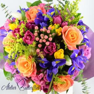 Buchet de primăvară cu trandafiri, lalele şi irişi
