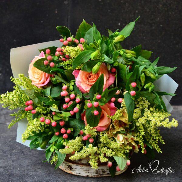 Buchet cu trandafiri în nuanţe de somon