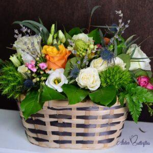 Aranjament coş cu flori mixte. Conţine: trandafir, lisianthus, lavandă şi flori de câmp.