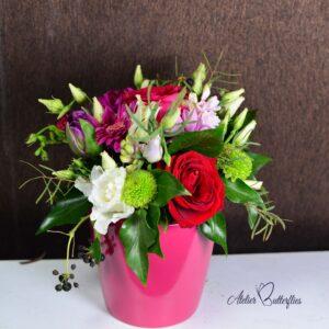 Aranjament floral în cas ceramic. Aranjamentul conţine: trandafiri, lisianthus, santini.