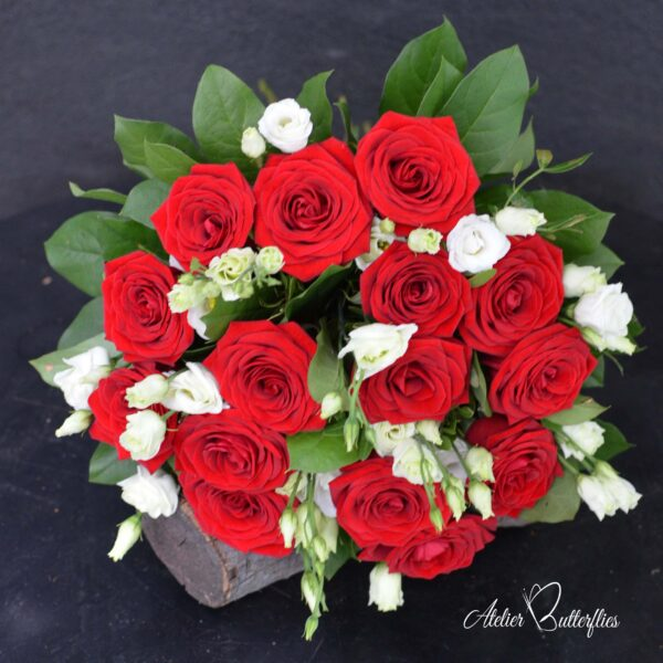 Buchet cu trandafiri şi lisianthus