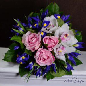 Buchet cu trandafiri, cymbidium şi irişi.