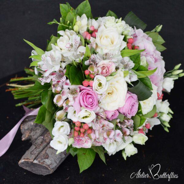 Aranjamentul din imagine conţine: trandafiri, lisianthus, astromeria.