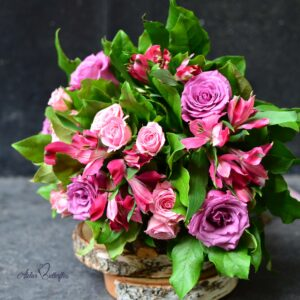 Buchet cu trandafiri, minirose şi astromeria de culoare roz.