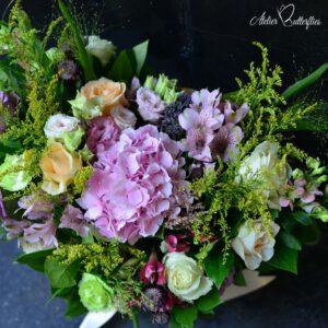 Buchet de flori cu hortensie şi trandafiri