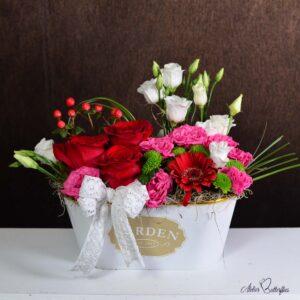 Aranjament cu trandafiri în vas ceramic