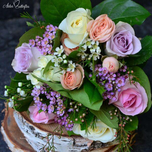 Buchet cu trandafiri şi minirosa.