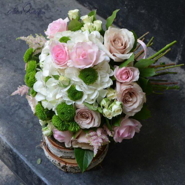 Buchet cu hortensie, trandafiri şi santini