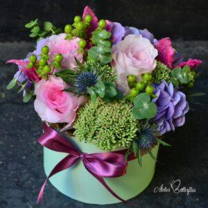 Aranjament floral în cutie cu trandafiri şi hortensie