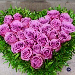 Aranjament în formă de inimă cu trandafiri roz