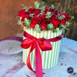 Aranjament floral în cutie, cu 35 de trandafiri roşii şi eucalypt.