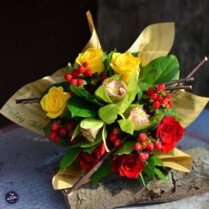Buchetul conţine 3 trandafiri roşii, 3 trandafiri galbeni, 3 cupe de cymbidium şi 4 hypericum.