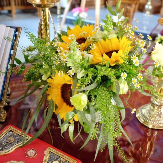 Lumânări şi aranjamente florale pentru botez