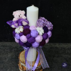 Lumânare pentru botez cu ghemuri lila şi violet, flori de bumbac, trandafiri criogenaţi şi jucărie ursuleţ.
