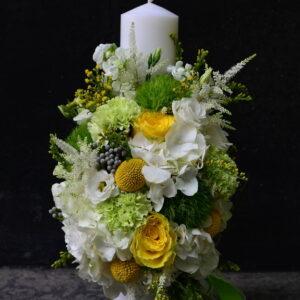 Lumânare de botez cu flori naturale în nuanţe de galben şi verde