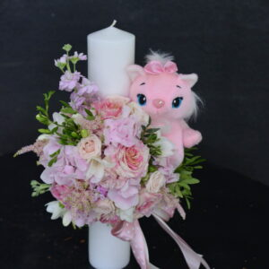 Lumânare de botez cu flori naturale şi jucărie roz