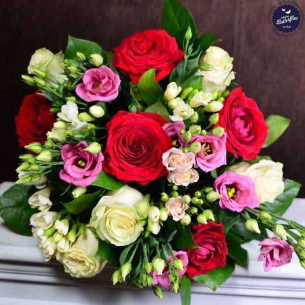 Buchet de primăvară cu trandafiri, lisianthus şi frezii