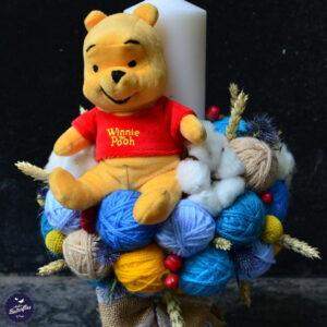 Lumânare pentru botez cu ghemuri albastre şi jucărie Winnie the Pooh.