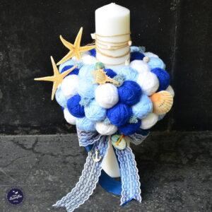 Lumânare pentru botez cu ghemuri albastre şi tematică marină. Dimensiuni Lăţime lumânare: 4 cm Lungime lumânare: 40cm Lumânările de botez din colecţia Forever sunt speciale şi unice deoarece, după cum si numele anticipează, acestea pot fi păstrate ca amintire. Jucăriile care însoţesc această lumânare diferi în funcţie de stocul disponibil. Lumânarea poate fi accesorizată în funcţie de tematica botezului.
