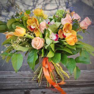 Buchet de trandafiri, orhidee portocalii şi lalele